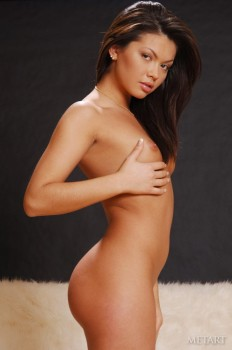 Naked cutie shows every inch of her body