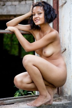 Naked hottie poses in a ruined house