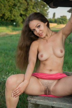 Naked babe opens pussy in the yard